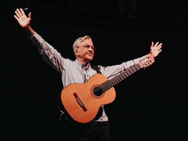 Que nossa música sirva de consolo e protesto, diz Caetano em homenagem a Brumadinho