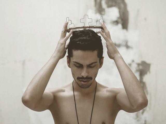 Conheça Victor Cavalcanti, artista que une indie e pop como forma de desabafo