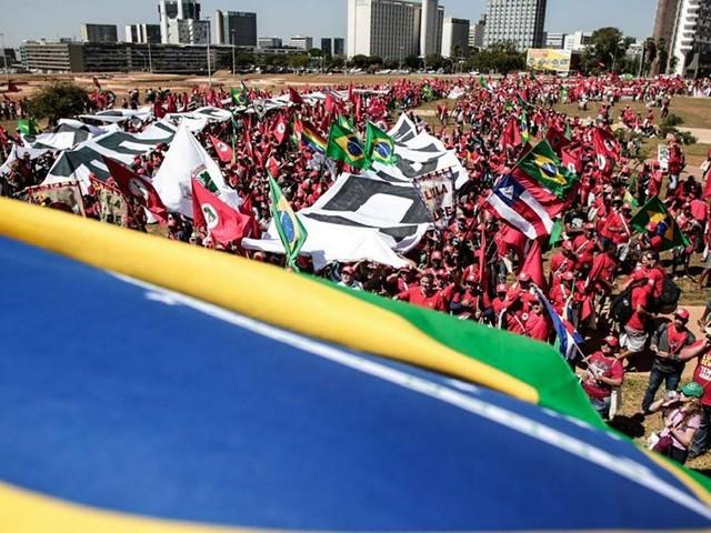 AO VIVO: Milhares marcham em Brasília por candidatura de Lula