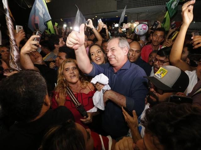 Ciro Gomes desembarca no Brasil, mas não fala sobre disputa em segundo turno