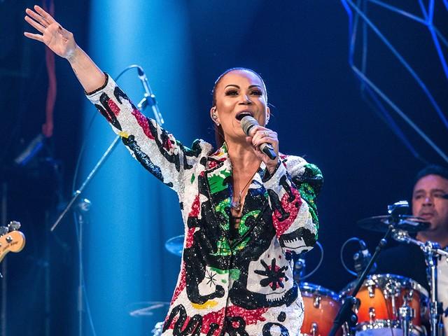 Aos 44 anos, Solange Almeida compartilha foto de biquíni e corpão da cantora arranca suspiros de seguidores