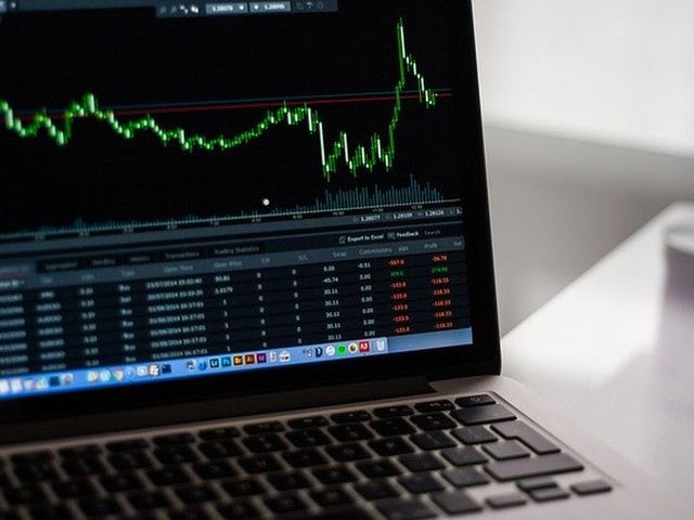 Ibovespa fecha em baixa em meio a expectativa com decisões sobre juros