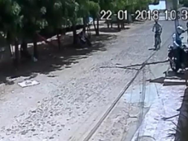 Homem tem moto roubada por assaltantes em bicicleta no Piauí; veja vídeo