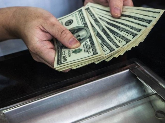 Investidores adotam cautela e dólar opera quase estável, a R$ 3,7587