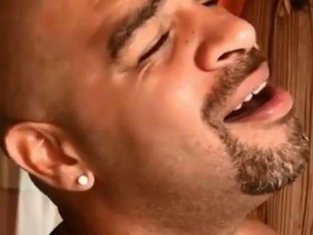 Saudade? Adriano Imperador aparece cantando em italiano e ganha elogios de cantores