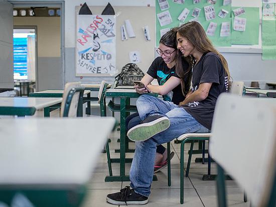 Lei que permite celular em aula dá 'trégua' para professores e alunos