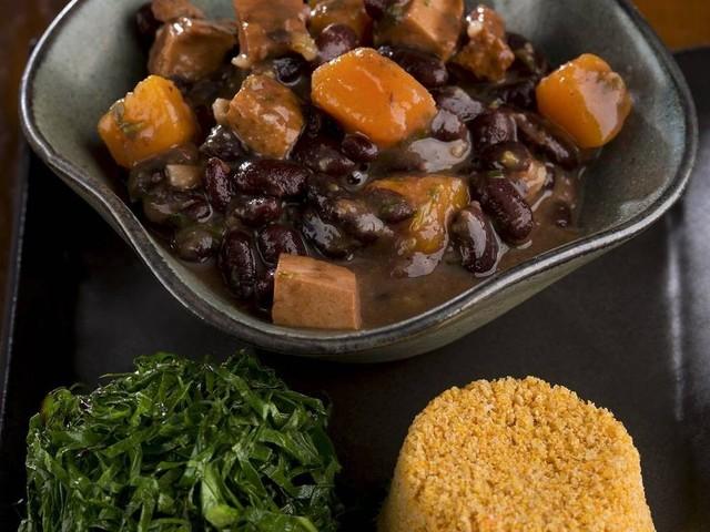 Segunda sem carne: chef ensina feijoada vegana com tofu