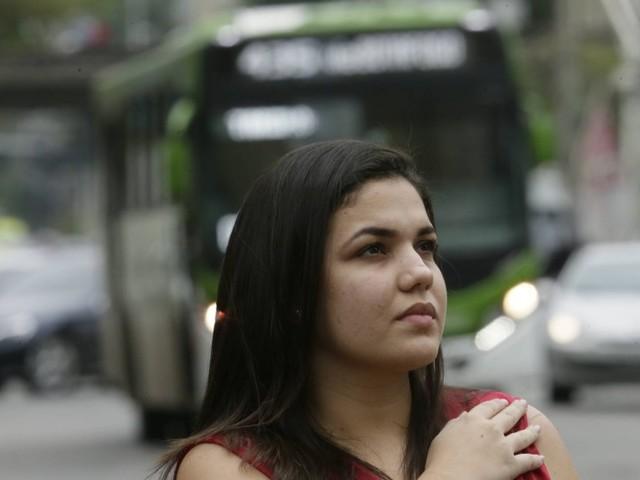 'Quase não dormi. Em casa, escuto barulho e fico preocupada', relata refém de sequestro de ônibus