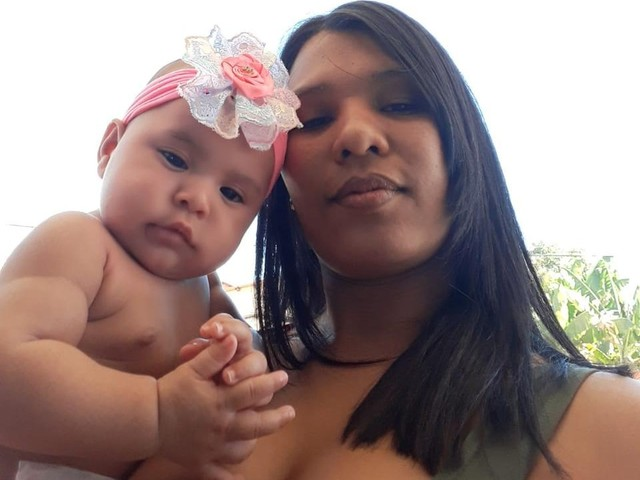 'Acharam ela perto do capim', diz mãe de bebê que sobreviveu após ser arremessada de van que capotou