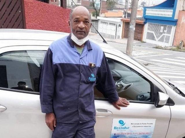 Morador de rua se apegou aos livros e, em meio à pandemia, conseguiu emprego e casa
