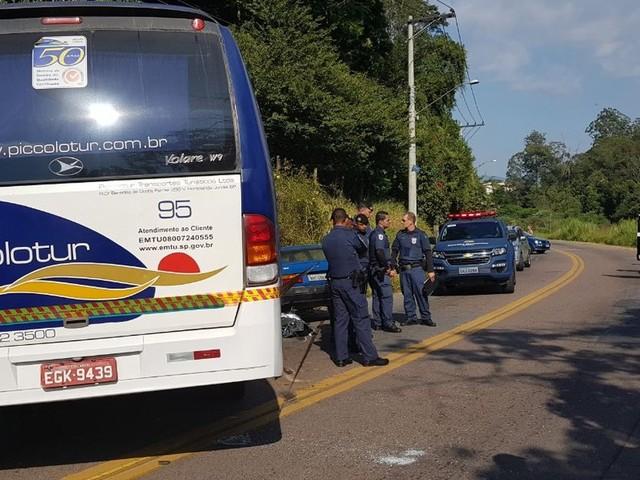 Colisão entre micro-ônibus e carro causa morte de uma pessoa em Jundiaí