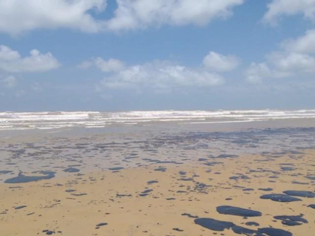 Justiça manda União e Ibama colocar mais equipes de limpeza e informar sobre situação de manchas de óleo em Sergipe