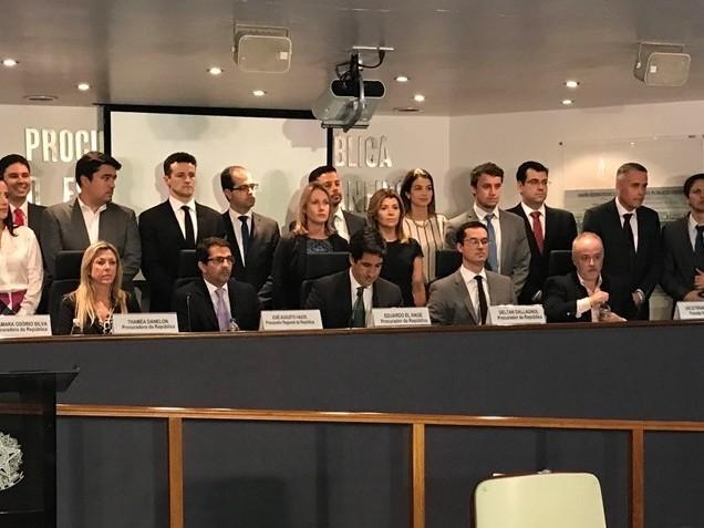 Lava Jato quer restringir visitas de Gleisi a Lula