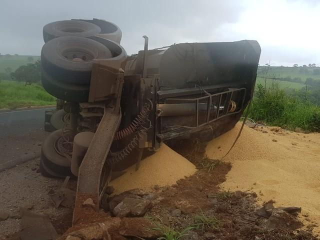 Carreta com soja tomba na MGC-452 em Uberlândia