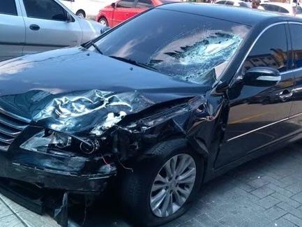 Motorista tenta atropelar travesti, avança na contramão e mata motociclista; veja vídeo