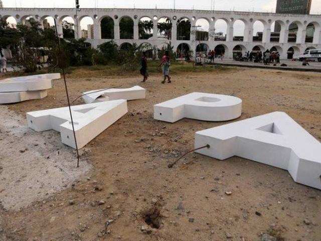 Após ser danificado, letreiro turístico volta para Lapa em cerca de uma semana