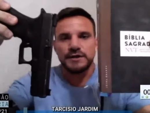 """Vereador mostra pistola e bíblia para defender Bolsonaro: """"Instrumentos de libertação"""""""