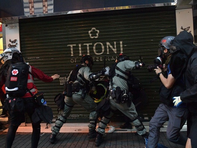 Manifestantes desafiam a lei usando máscaras em Hong Kong