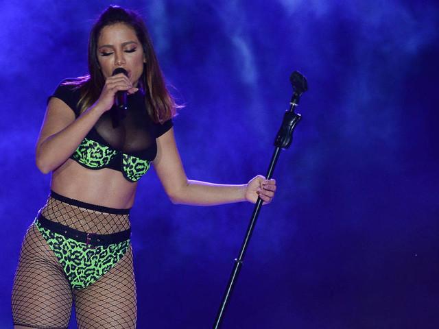Homem invade palco durante show de Anitta, e cantora foge assustada: 'Muitas emoções'