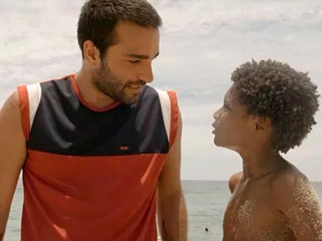 'Amor de mãe': Sandro se perde de Tiago durante arrastão e se desespera