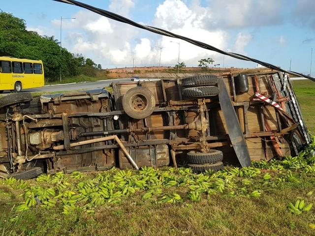 Caminhão com carga de bananas tomba após colisão em rodovia, no Grande Recife