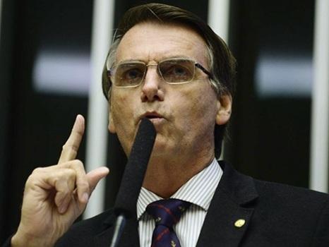 Bolsonaro empregou a esposa, a ex e outros familiares na Câmara