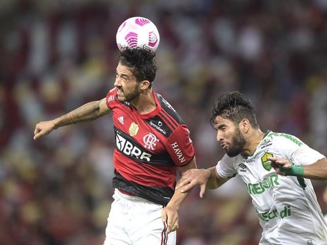 Uso de zagueiros como atacantes de Flamengo e Atlético-MG gera debate: estratégia ou aposta desesperada?