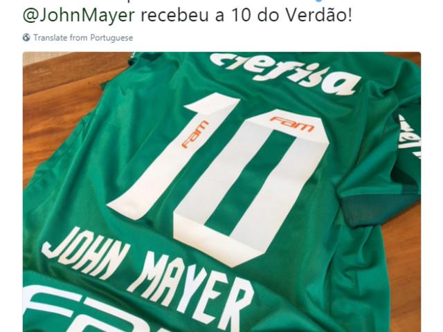Palmeiras presenteia cantor John Mayer com camisa em show no Allianz