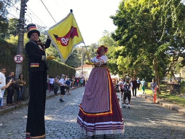 Desfile da Bauernfest leva cultura alemã para ruas do Centro Histórico de Petrópolis, no RJ