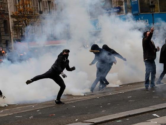 Aposentadoria   Sob protestos, França propõe desistir de ampliar idade mínima