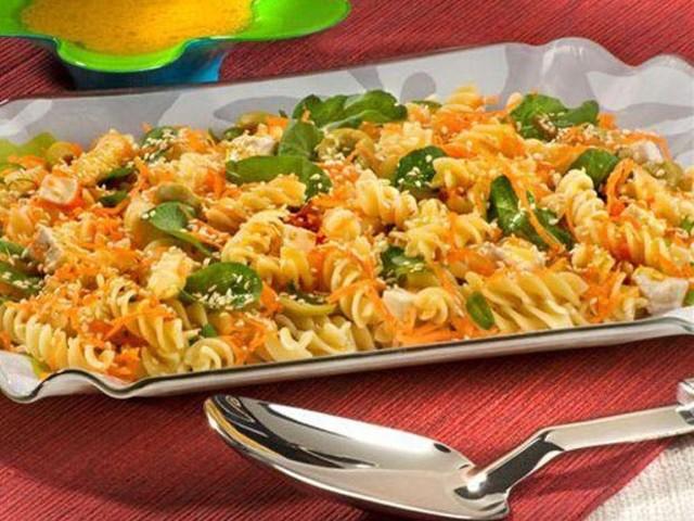 Macarrão saudável: aprenda a fazer salada oriental