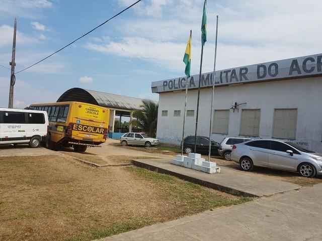 Após ataques em Rio Branco, ônibus escolares são guardados no Batalhão da PM em Cruzeiro do Sul