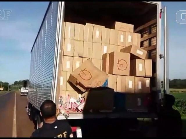 PRF apreende dois caminhões com cerca de 800 mil carteiras de cigarro contrabandeadas, no oeste do Paraná