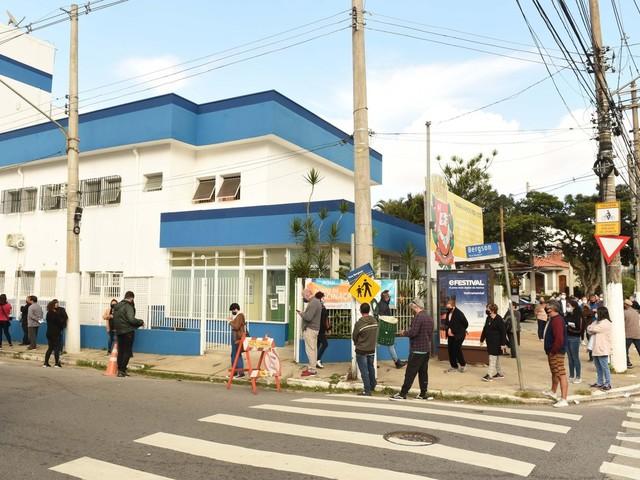Brasil volta a ter média móvel de mortes por covid-19 acima de 2 mil