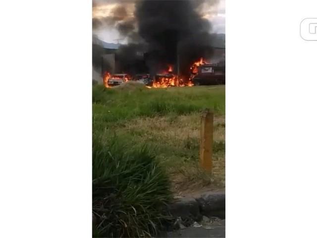 VÍDEO: Incêndio destrói quatro carros e uma moto em Cruzeiro
