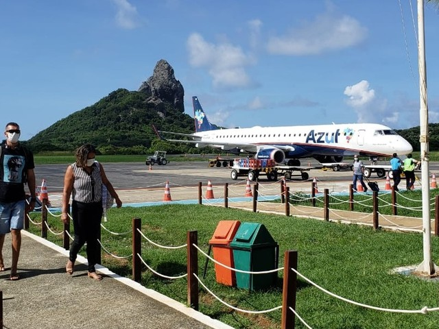 Moradores chegam a Fernando de Noronha no último voo antes do fechamento do aeroporto