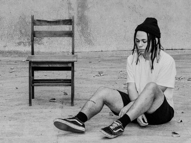 Rapper Fontes lança clipe de 'Verso Nada Livre', com relatos de negros sobre o racismo