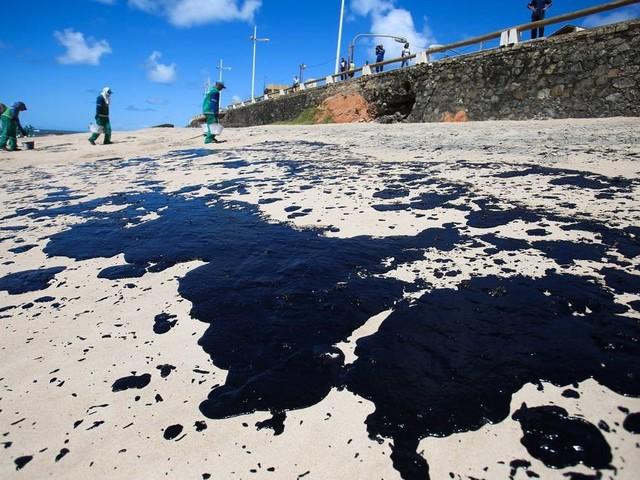 Manchas de óleo chegam à Baía de Todos os Santos e a cartões postais de Salvador