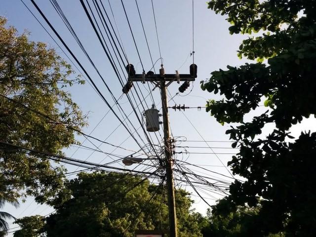 Claro, Oi, TIM e Vivo organizam fios em milhares de postes de energia