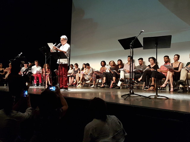 Em teatro de Paris | Chico e mais artistas leem cartas mandadas a Lula na prisão