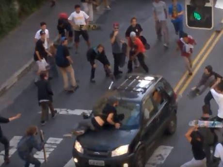 Vídeo: Motorista atropela dezenas de skatistas em São Paulo
