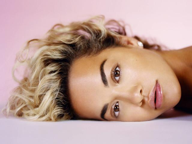 Rita Ora se prepara para vir ao Brasil e faz elogios a Anitta e Pabllo Vittar