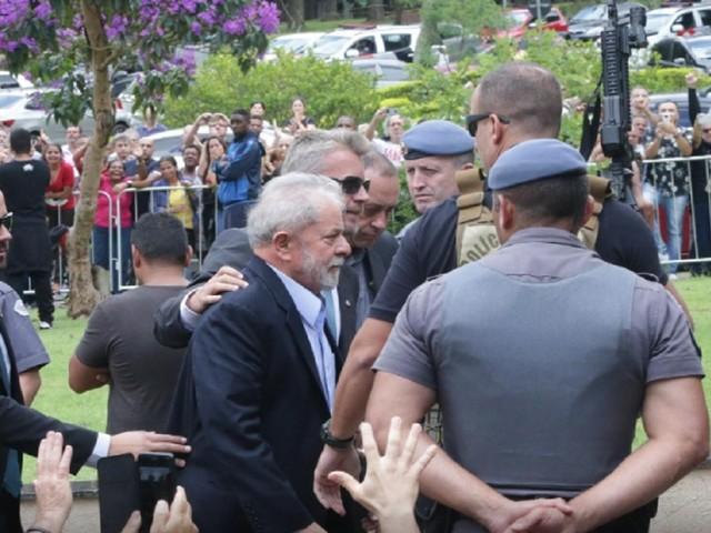 'Vou mostrar que os verdadeiros ladrões são os que me condenaram', diz Lula em carta