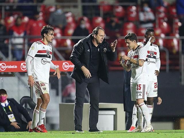 """Ceni celebra vitória sobre o Corinthians, mas diz: """"Não é o sistema que eu mais gosto"""""""