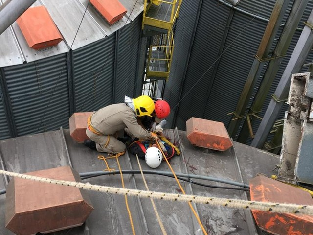 Elevador quebra e trabalhadores ficam pendurados por cinto a 18 metros de altura em indústria do Paraná