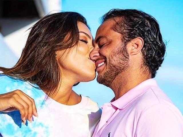 Thammy Miranda surge de cueca em clima de romance com a esposa, Andressa Ferreira, e celebra 5 meses de gravidez