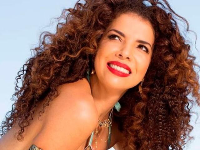 Vanessa da Mata posa de biquíni fio dental e causa na web; veja fotos!