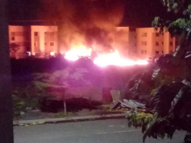 Ônibus, micro-ônibus, carro e tratores são incendiados por criminosos na 23ª noite de ataques no Ceará