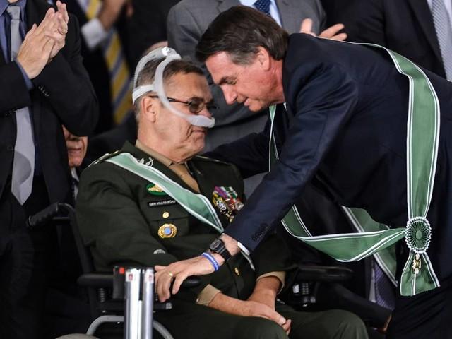 Livro revela detalhes de 'golpe branco' que levou Bolsonaro ao poder