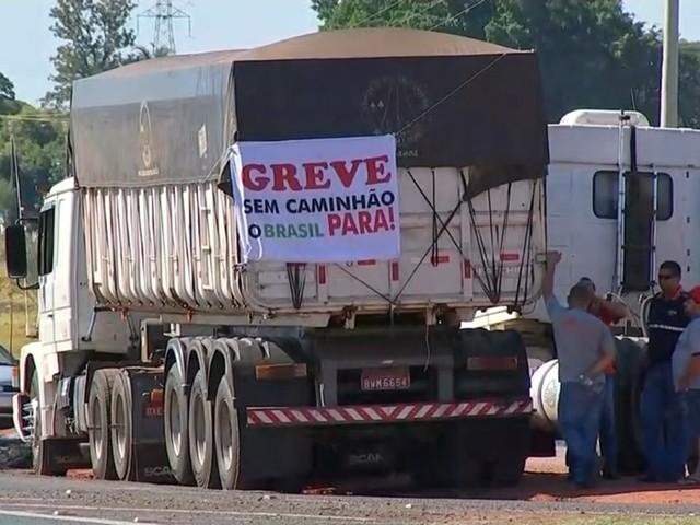 """Caminhoneiros chamam crédito de """"esmola"""" e prometem greve para maio"""